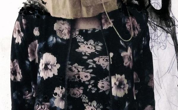 Bildausschnitt: Dünnes Mädchen mit Blumenkleid und Papiertüte über dem Kopf
