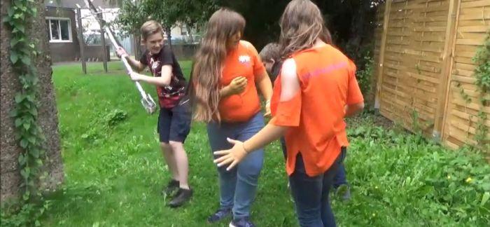 Szene aus dem Film Unser Sommer mit den Sommerwesen: Diebe stehlen den Sommerwesen ihre silberne Schippe