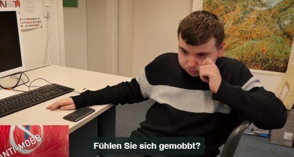 Jugendlicher sitzt weinend vor Computer