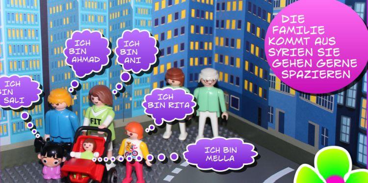 """Comic-Ausschnitt: Eine syrische Familie in einer fremden Stadt. In der Sprechblase steht: """"Die Familie kommt aus Syrien. Sie gehen gerne spazieren."""" Alle stellen sich vor. Die Eltern heißen Ani und Ahmad. Die Kinder Sali, Ani, Rita und Mella. Die Figuren sind Playmobil-, LEGO- und Duplo-Figuren. Die Farben sind bunt und fröhlich."""