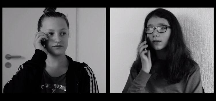 Screenshot Splitscreen: Zwei Mädchen telefonieren
