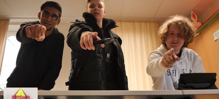 Drei Jugendliche zeigen mit dem Finger auf den Betrachter