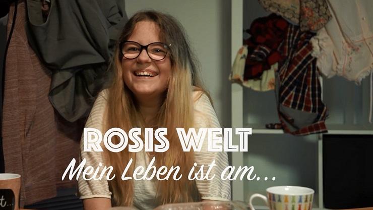 """Ausschnitt aus dem Vlog: Rosis Welt. Rosi lacht. Unter ihr der Text: """"Mein Leben ist am..."""""""
