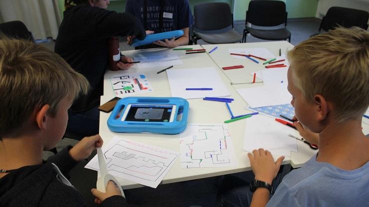 Kinder erstellen aus eigenen Zeichnungen Jump'n'Run-Spiel mit der App Draw Your Game