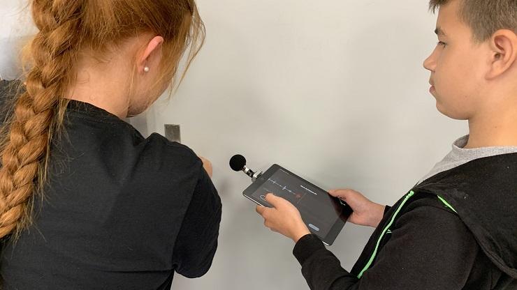 zwei Jugendliche mit iPad als Aufnahmegerät und Mikrofon